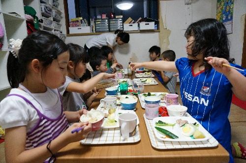 小さい子から大きい子まで、みんなで一緒に夕食の時間